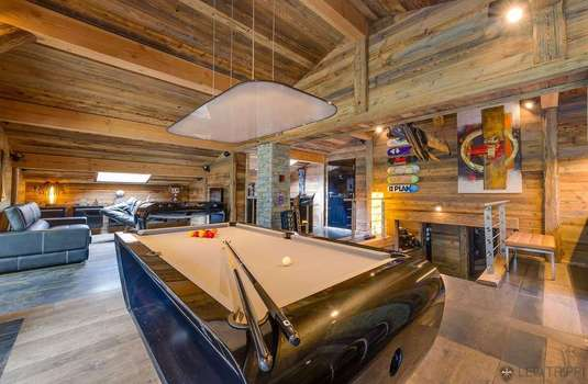 Resort carousel chalet quezac pool table