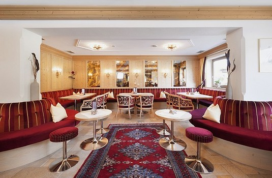 Resort carousel hotel tyrol soll bar lounge