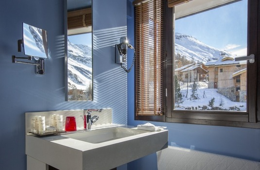 Resort carousel club med val d isere bathroom