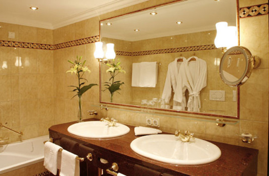 Resort carousel hotel zurserhof zurs bathroom