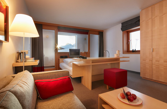 Resort carousel rote wand double bedroom