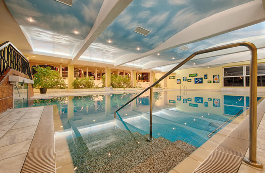 Resort carousel hotel therme thermalhallenbad pool
