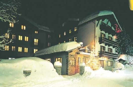 Resort carousel hotel courmayeur ext night