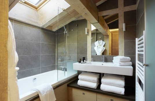 Resort carousel les loges blanches hotel   bathroom
