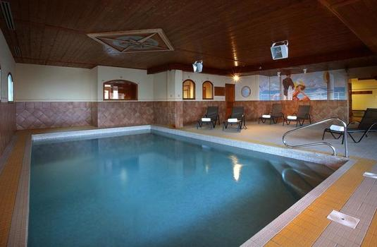 Resort carousel chalet loup blanc   pool