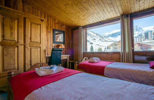 Resort carousel claret chartreux tignes twin