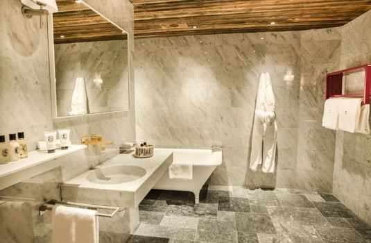 la-mourra-village-chalet-sequoia-bathroom