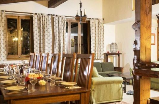 chalet-le-valentin-dining-area