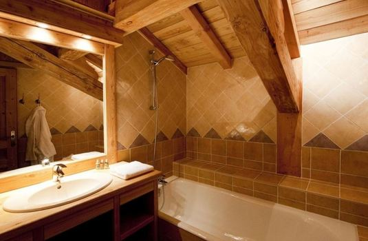 Resort carousel chalet le manoir bathroom