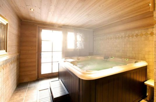 Resort carousel chalet le manoir hot tub