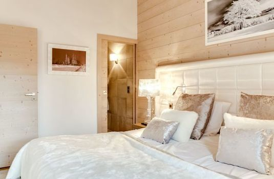 Carre-Blanc-big-bedroom