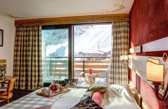 Alpenruitor-bedroom-slopes-view