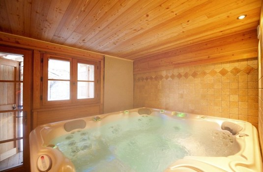 Resort carousel chalet la chapelle update hottub