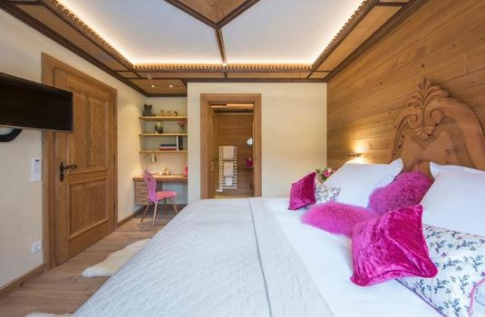 Resort carousel chalet laurus update bedroom4