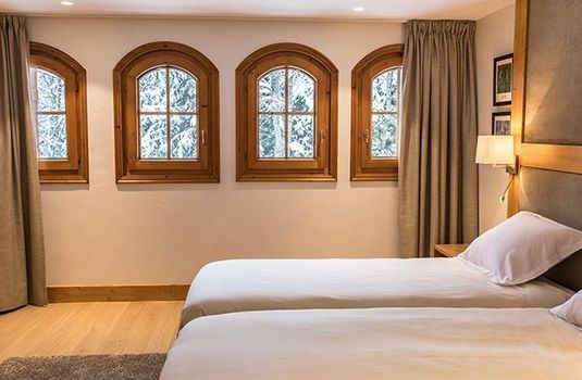 Resort carousel bedroom in la tania ski chalet
