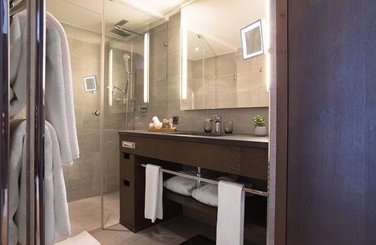 Crans-Ambassador-BathroomRS