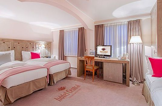 Hotel-Central-Bedroom-PinkRS