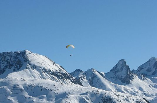Zurs-Paragliding-Over-MountainRS
