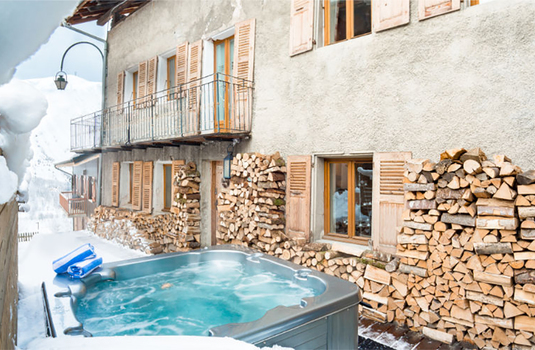 Resort carousel chalet de la lune hot tub