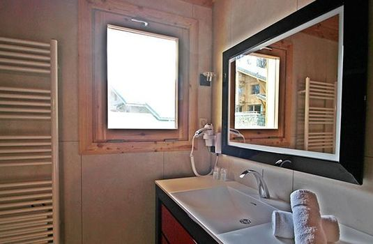 Resort carousel chalet aline meribel bathroom