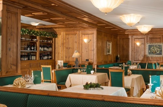 Resort carousel hotel relais des glaciers dining