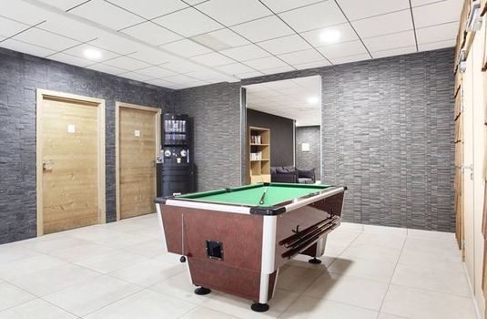 Resort carousel hotel le chamois pool table